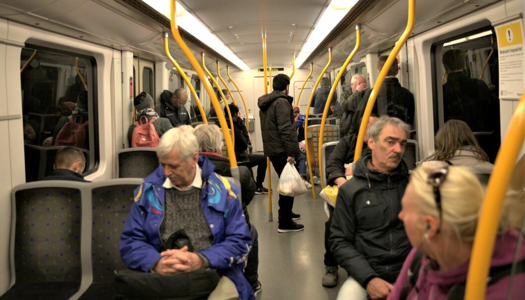 Folk sitter på annethvert sete på denne T-banen. Bildet er tatt sist uke, etter at de nye reisereglene fra regjeringen trådte i kraft.