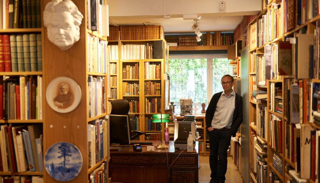 Hylle på hylle med bøker står ordnet i antikvariatet på Bislett.