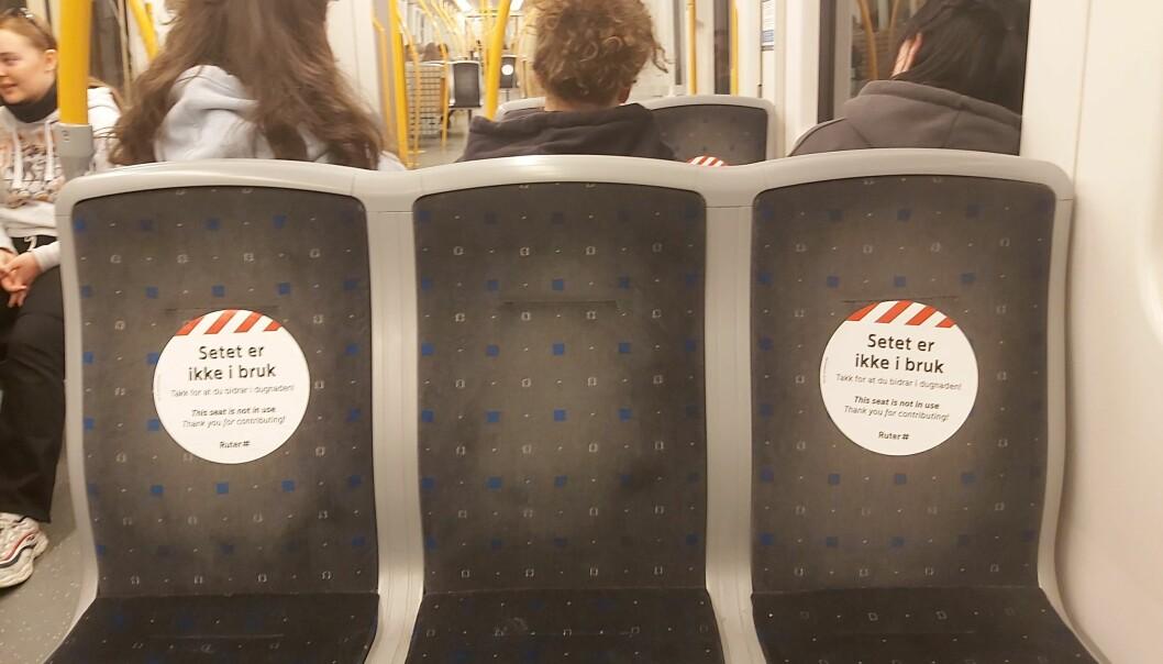T-banen har klistremerker på seteryggene for å hindre folk i å bruke plassene.