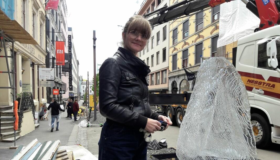— Nå bruser det skikkelig i kroppen, sa kunstner Linn Lervik da hun fikk se sin og Farhd Kalantarys spennende skulptur Stein for første gang på plass