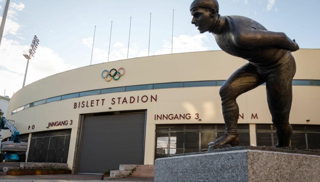 """Nye Bislett stadion, med statuen av Knut """"Kuppern"""" Johannesen i forgrunnen."""