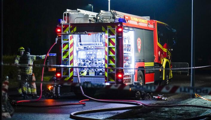 Politiet og brannvesenet jobber på stedet der en person er funnet død etter brann i en campingvogn på Bogstad camping i Oslo natt til lørdag. Foto: Fredrik Hagen / NTB scanpix
