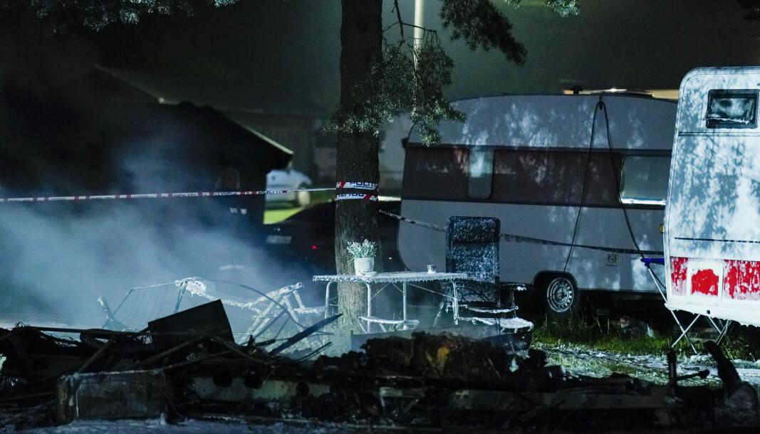 Politiet og brannvesenet jobber på stedet der en person er funnet død etter brann i en campingvogn på Bogstad camping i Oslo natt til lørdag.