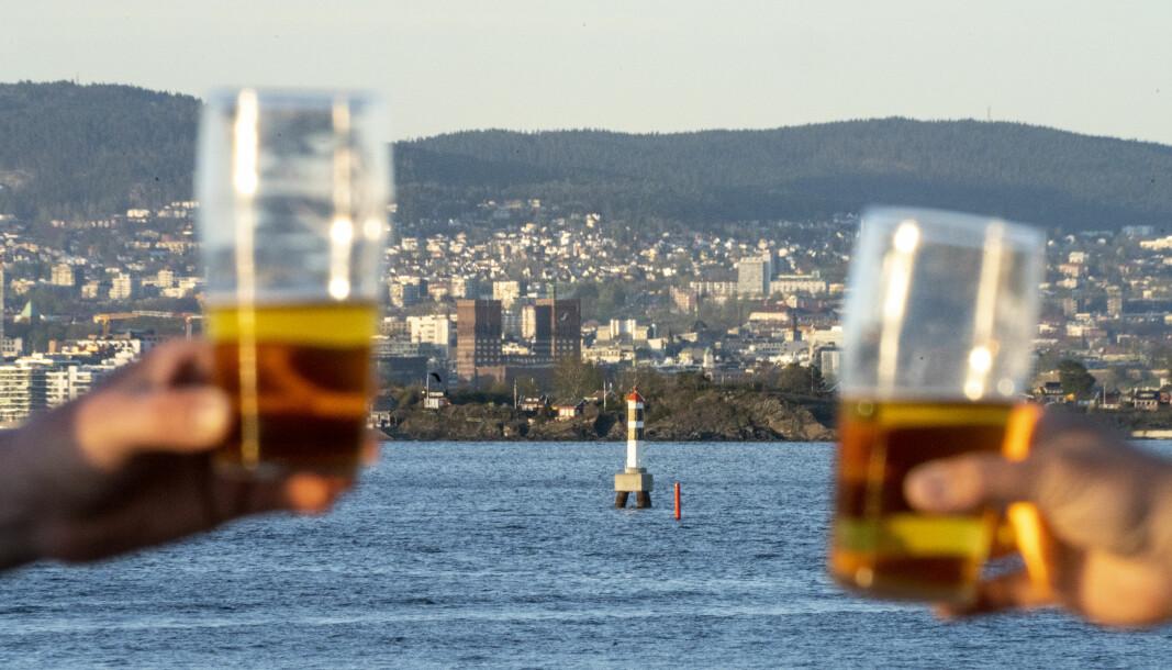 Da kranene i Oslo var stengt, måtte man dra til Nesodden for å ta en utepils. Signalen pub på Nesoddtangen serverer derfor ekstra mange halvlitere i finværet til ølturister fra Oslo.