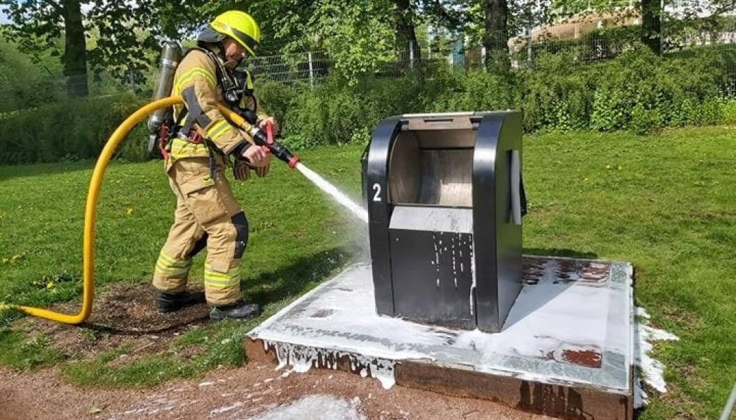 Mandag ettermiddag måtte brannvesenet rykke ut til Frognerparken der en søppeldunk hadde tatt fyr.