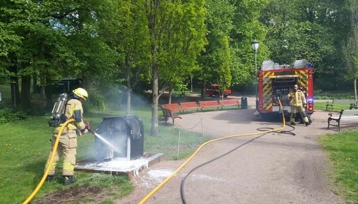 Brannvesenet bruker mye ressurser på utrykning til en brann i en søppeldunk.