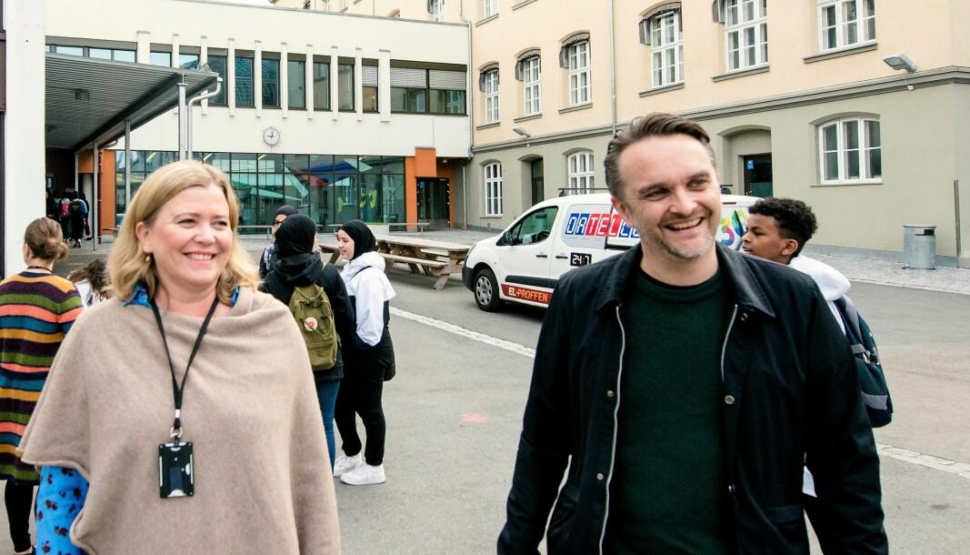 Rektor Øyvor Skofteland og foreldrerepresentant Stian Schjelderup gleder seg stort over at det nå kommer strakstiltak på plass for å bedre skolegårsdforholdene ved Sofienberg skole.