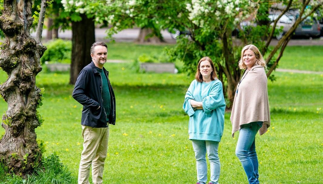 Sofienberg-foreldrene Stian Schjelderup og Helen Rist. Samt rektor Øyvor Skofteland (t.h) drømmer om at elevene ved skolen i framtida kan ta i bruk Sofienbergparken som skolegård.