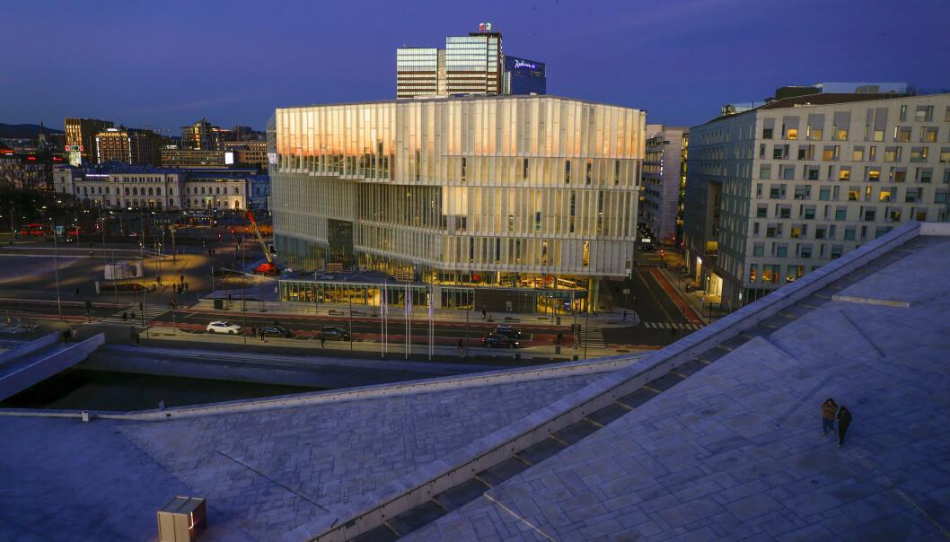 Deichman bibliotek i Bjørvika ligger klemt mellom Operaen og Oslo S.