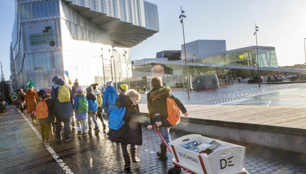 Rundt 1.000 barn hjalp til med å flytte 7.000 bøker fra det gamle biblioteket til nye Deichman Bjørvika i januar.