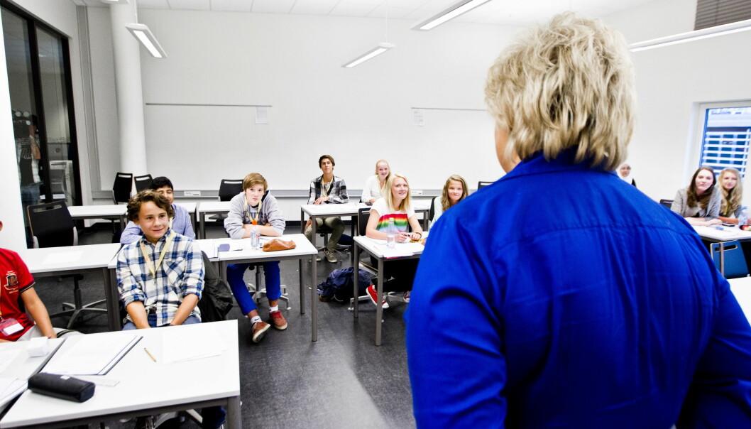 Høyre-leder Erna Solberg hilser på en skoleklasse på Nydalen videregående skole.