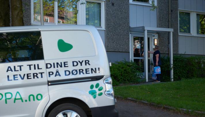 Fra sin nye el-varebil kommer Dyresjappa på døra med hundematen.