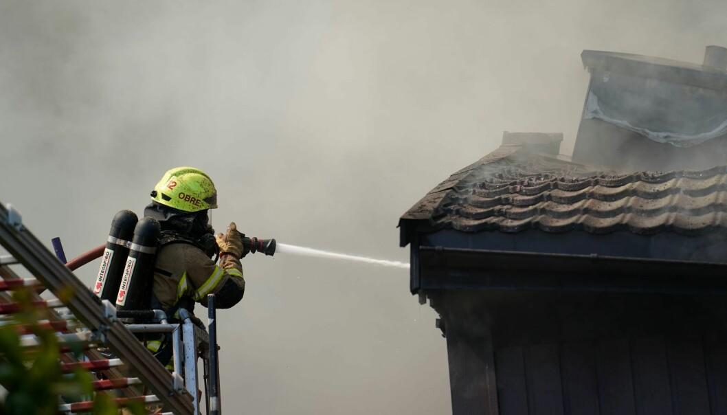 Beboerne i Stigenga på Haugenstua evakuerte seg selv. Men en person er kritisk skadd etter brannen.