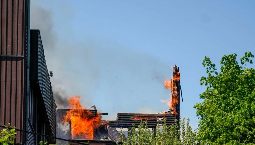 Ved 12.40-tiden lørdag brant det fortsatt kraftig i Stigenga på Haugenstua.