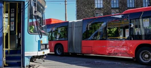 To personer lettere skadd i kollisjon mellom buss og trikk på Solli plass