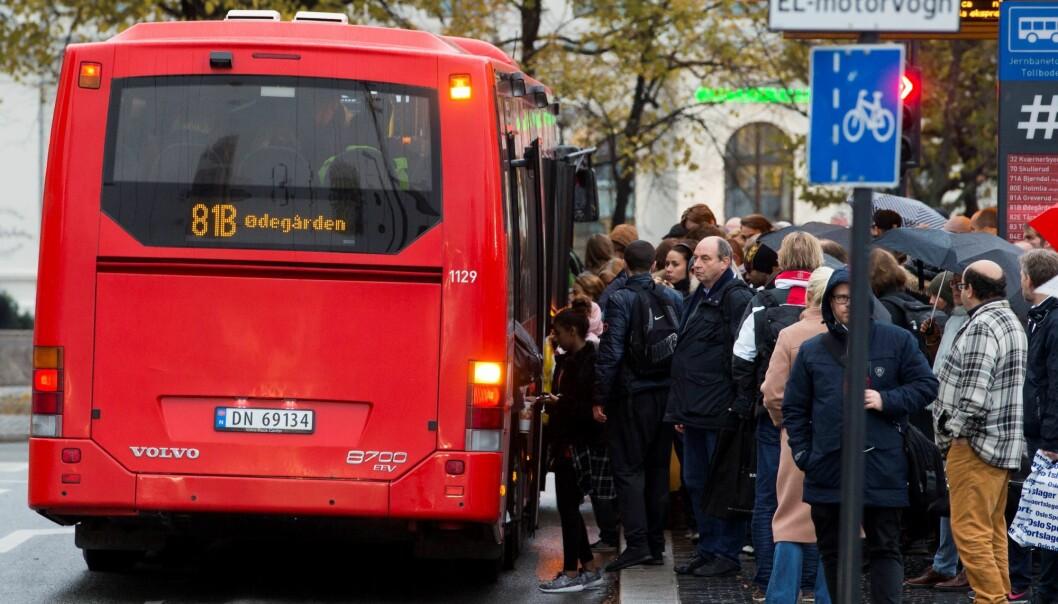 Busser og trikker skal kun kjøre med 50 prosent av passasjerkapasiteten, står det i regjeringens smitteveileder. Bildet er tatt før koronapandemien.