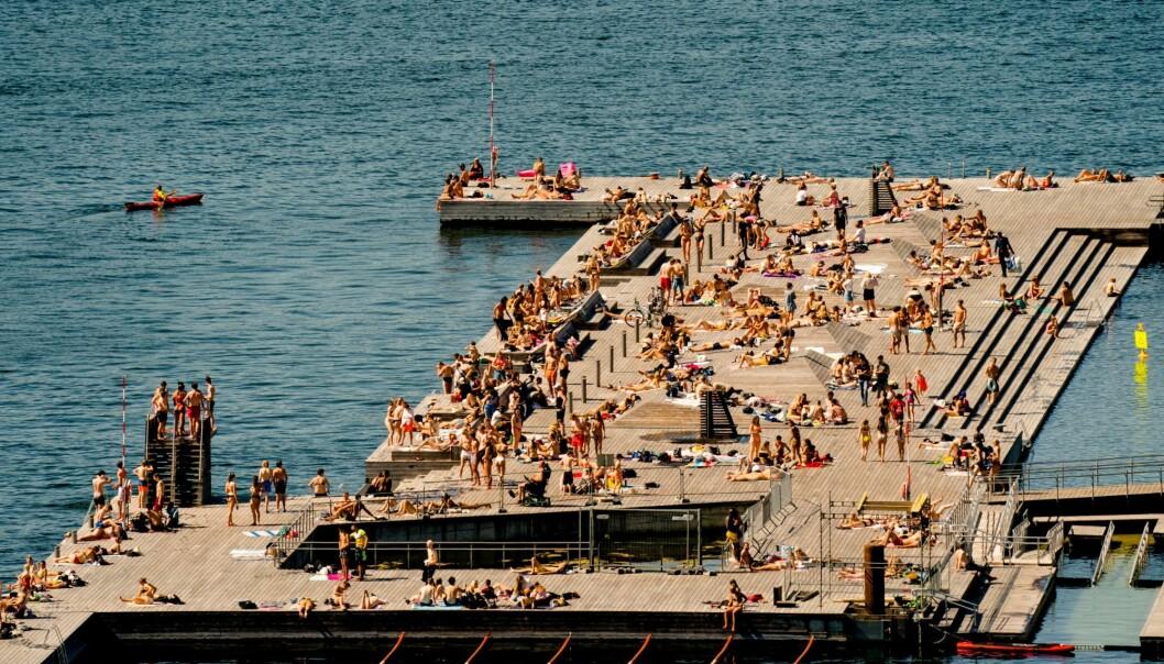 Enkelte badegjester fikk det også fuktig på uteservering ved Sørenga utpå kvelden 1. pinsedag.