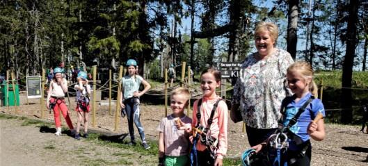 Sommerparken på Tryvann har fått lov til å åpne igjen. Blant de første gjestene var statsministeren
