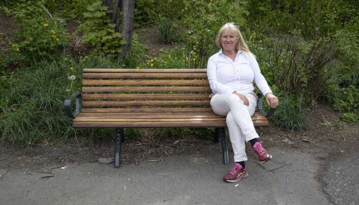 Parkforvalter Elin Løvseth har vært med å sette ut 30 nye benker i bydelen bare i år.