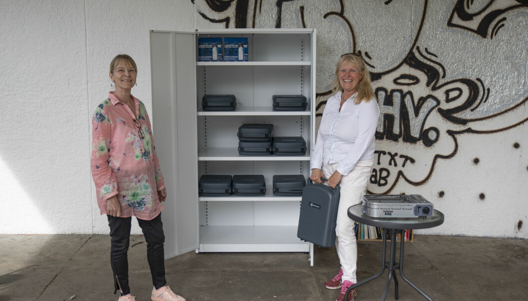 Turid Brenden (t.v) og Elin Løvseth står med gassgrillene du kan låne i Stensparken.