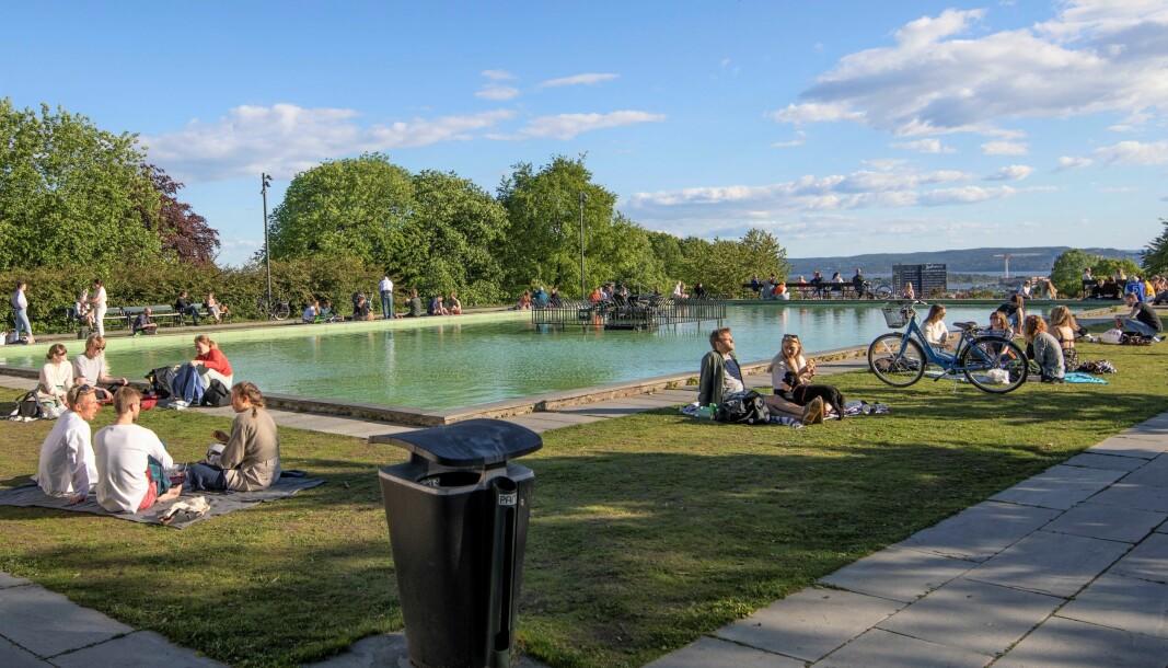 Ved bassenget på toppen av St. Hanshaugen finner folk seg godt til rette når det er fint vær.