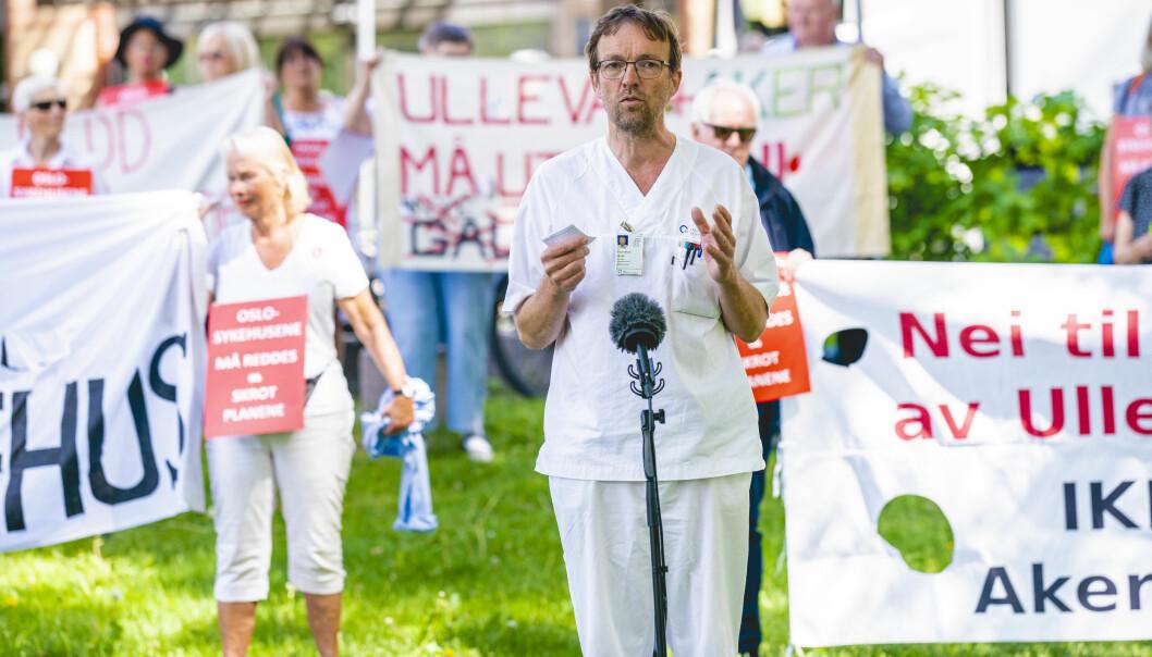 Overlege Torgeir Bruun Wyller holder appell til demonstrantene utenfor Ullevål sykehus mot planene for nye sykehus i Oslo.