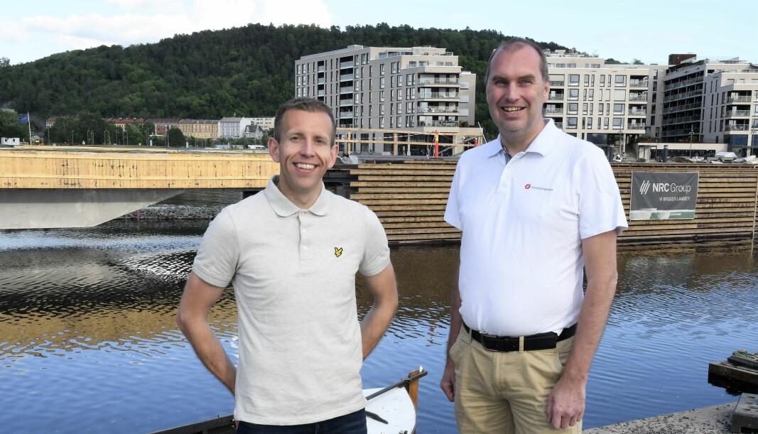 Steinar Heldal (t.v) og Sigurd Fredeng fra navnekomiteen i bydel Gamle Oslo ønsker nå oslofolks hjelp til å finne et nytt navn til Museumsutstikkeren i bakgrunnen.
