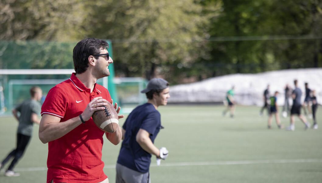 Hovedtrener Derek Mann i full gang med å trene ungdomslagene til Oslo Vikings.