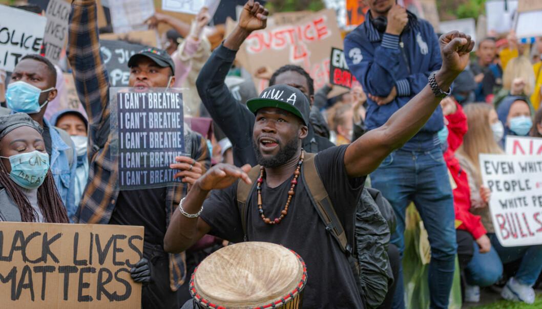 Black lives matter, sto det på hundrevis av hjemmelagde plakater.