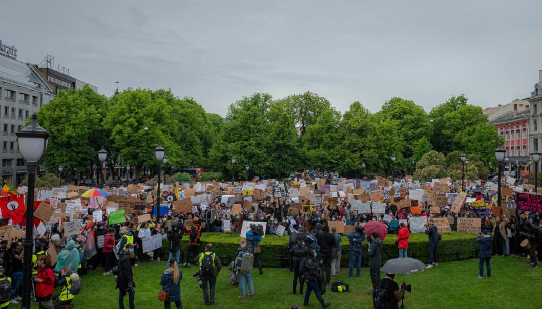 Bildet er tatt fra Stortinget. Så langt bakover man kunne se, står det mennesker.