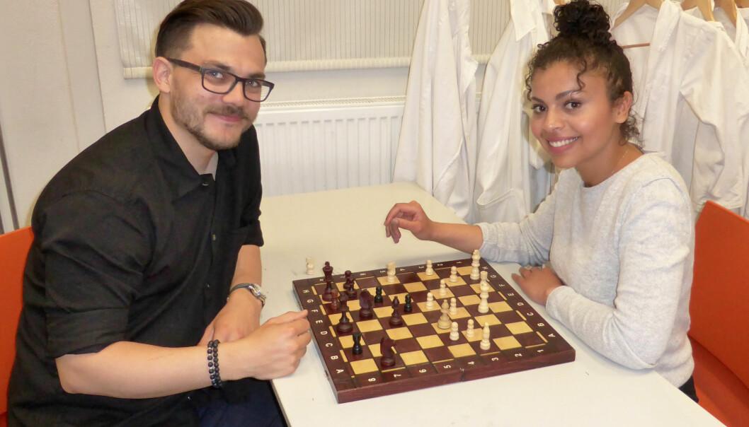 Erlend Haugen Markussen og Zahra Mohamed Jaber Saad demonstrerer sjakkspill.