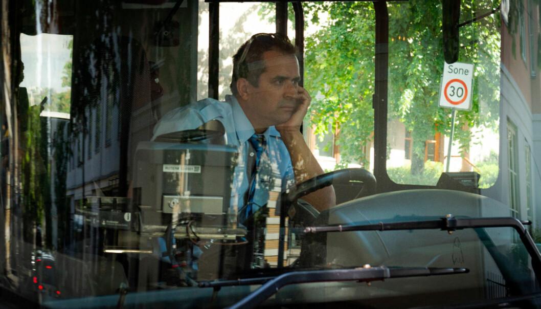 En frustrert bussjåfør må finne seg i å stå bom fast i køen i Bygdøy allé.