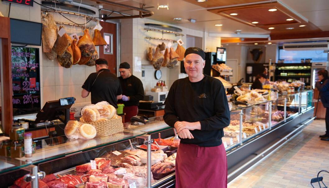 Strøm-Larsen på Torshov selger mer kjøtt enn noensinne i disken, men har måttet permittere 10 medarbeidere på grunn av korona. Her ser vi daglig leder Jan Strøm-Larsen tidligere i juni.
