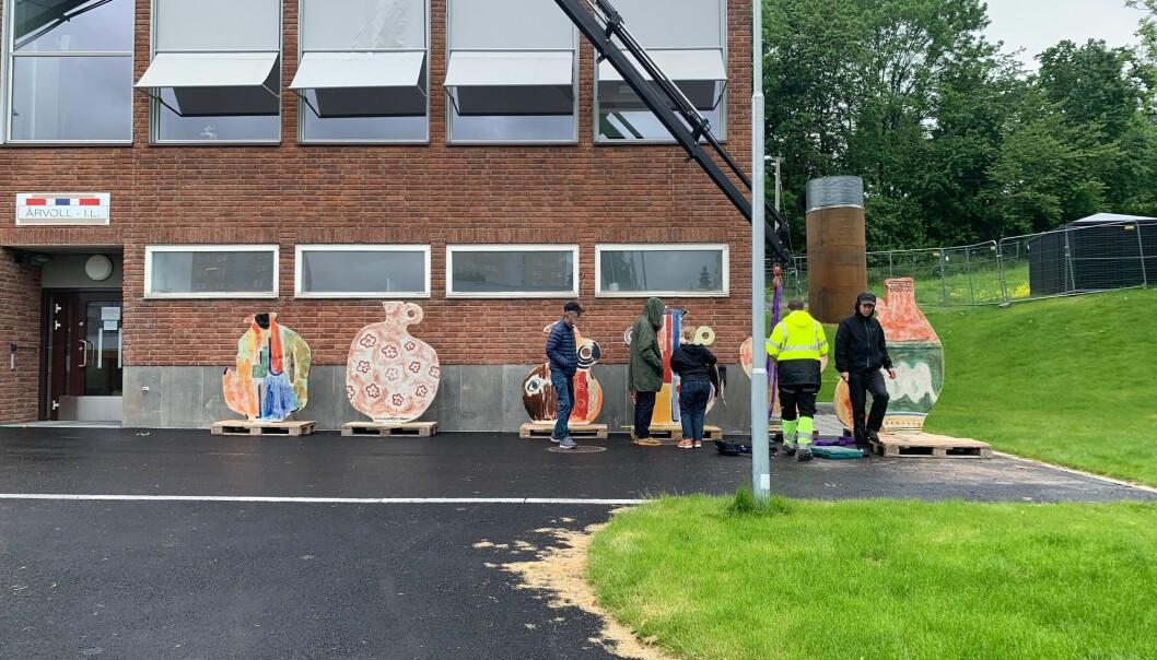 Utenfor Årvoll IL sitt klubbhus ble de åtte kermaikkskulpturene av Marthe Elise Stramrud oppstilt.