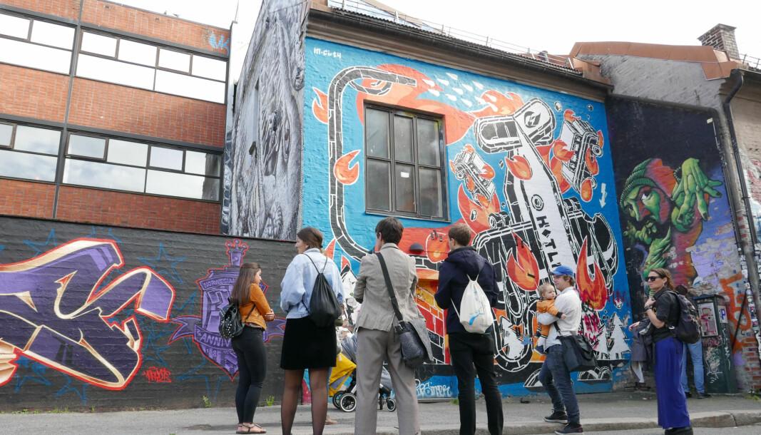 Gruppe får omvisning i byens gatekunst i Brenneriveien.