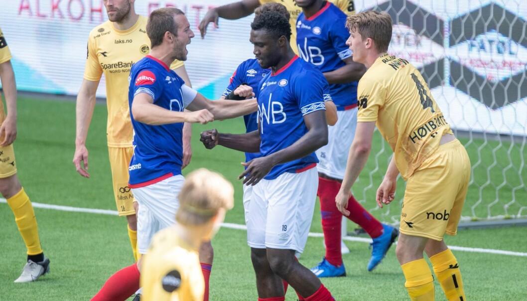 Peter Michael Godly gratuleres av Jonatan Tollås Nation etter å ha gitt Vålerenga 1-0.