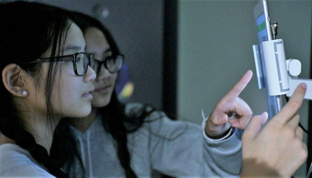 Søstre Henriette (12) og Katrine (12) utforsker Kreftforeningens Vitensenter tidligere i år.