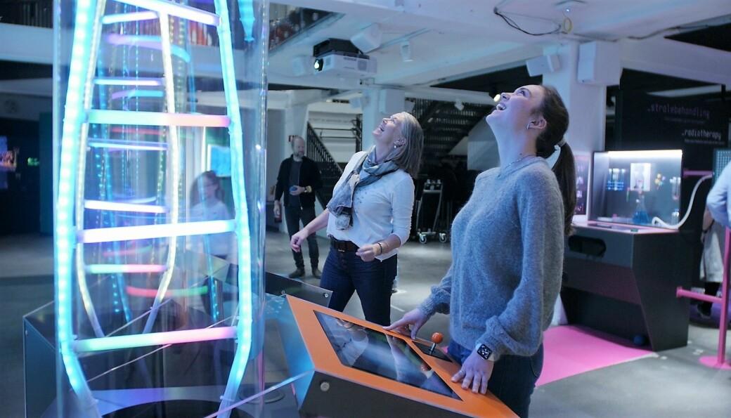 Frida Bakken Ulset og Anne Grete Bjørnsen Wig ser lyset på Kreftforeningens Vitensenter!