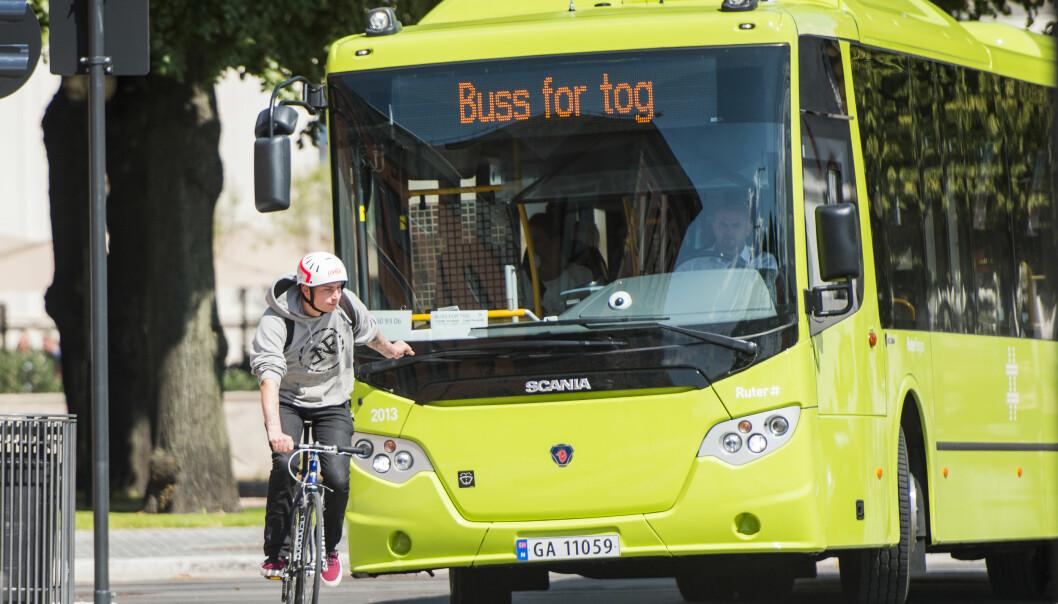 Syklist i Bjørvika. Nå testes det ut en ordning der sykler får grønt før biler.