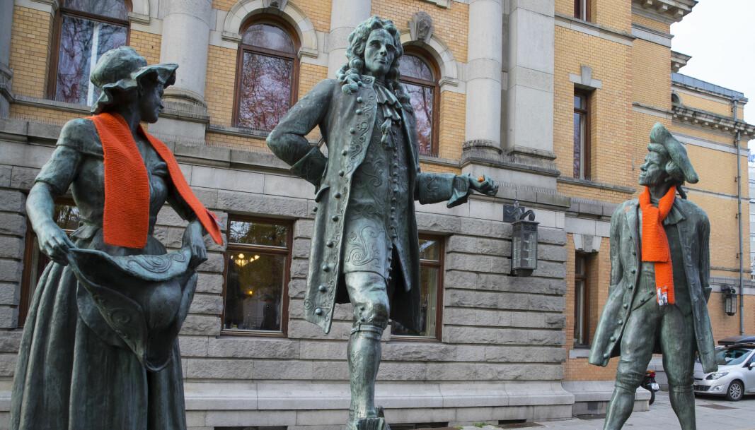 Den norsk-danske forfatteren Ludvig Holberg (i midten) investerte pengene sine i slavehandel. Her ved Nationaltheatret.