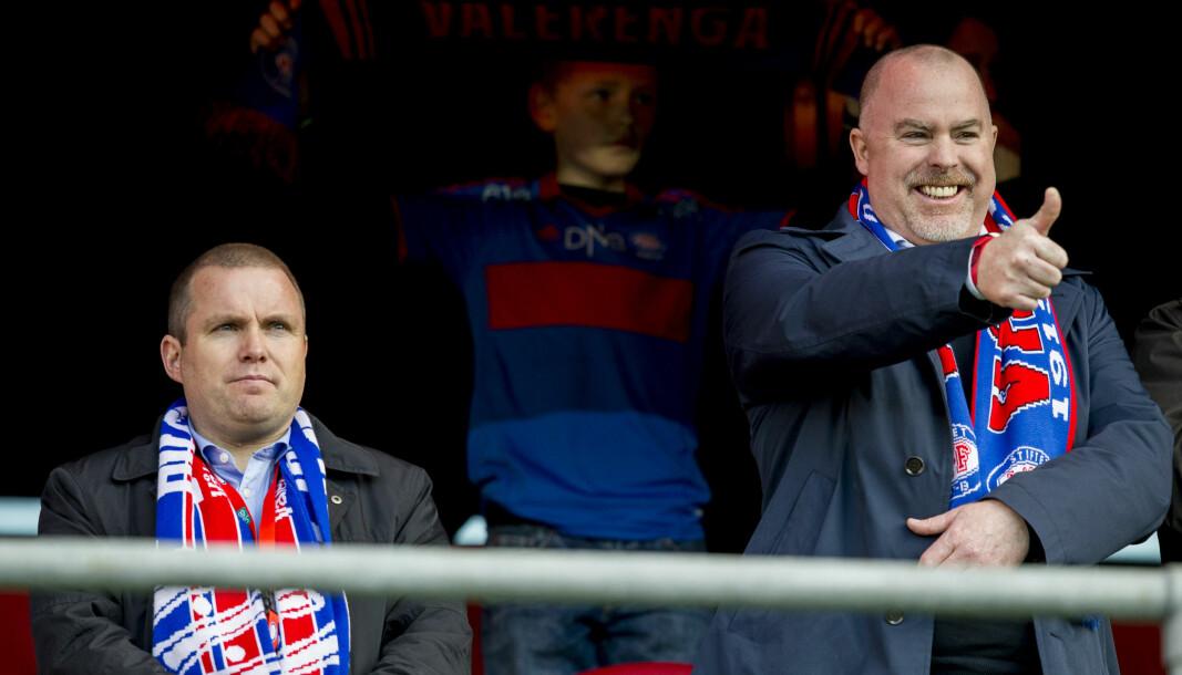 Jan Tore Kjær (t.h.), avbildet da han var klubbdirektør i Vålerenga Ishockey. Sittende er Stig-Ove Sandnes, daglig leder i VIF fotball.