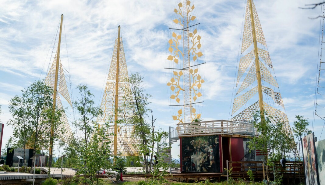 Fem gull-konstruksjoner i installasjonen skal symbolisere de fem krigsårene, mens en 26 meter høy søyle skal hedre krigsseilerne og marinen.