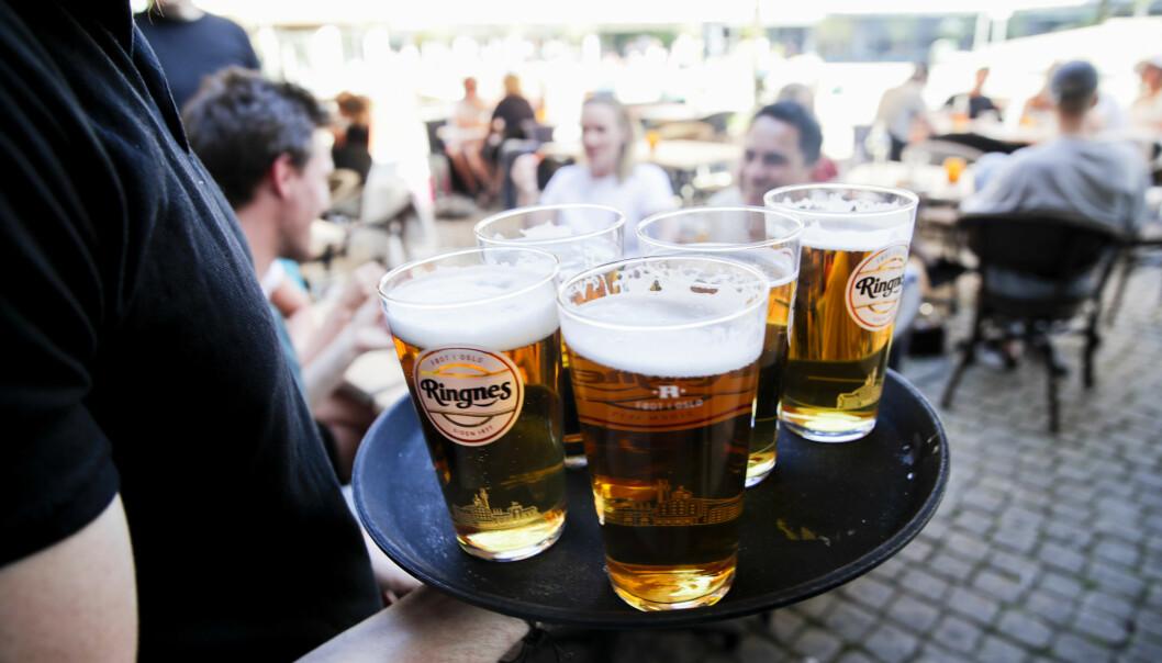 Serveringssteder uten matservering i Oslo fikk åpne 1 juni. Men klokken 23.30 er det slutt på serveringen.