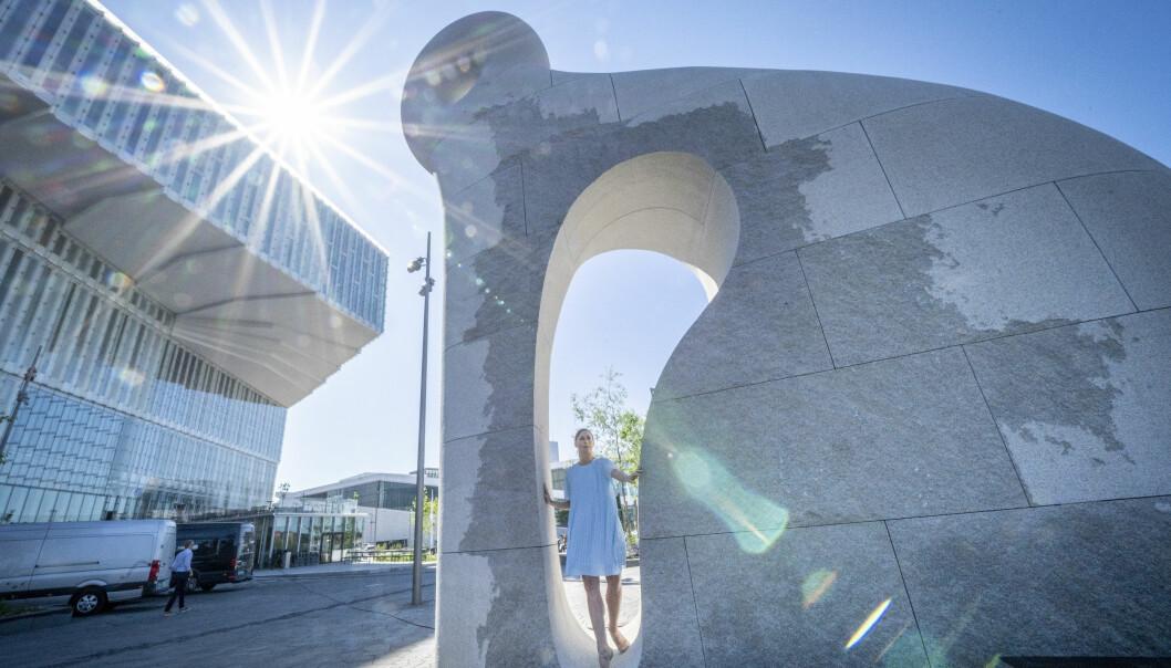 Danserinne Camilla Spidsøe i Nasjonalballetten beveger seg i skulpturen «Skapning fra Iddefjord», laget av den amerikanske kunstneren Martin Puryear. Skulpturen står foran det nye det hovedbiblioteket i Bjørvika.
