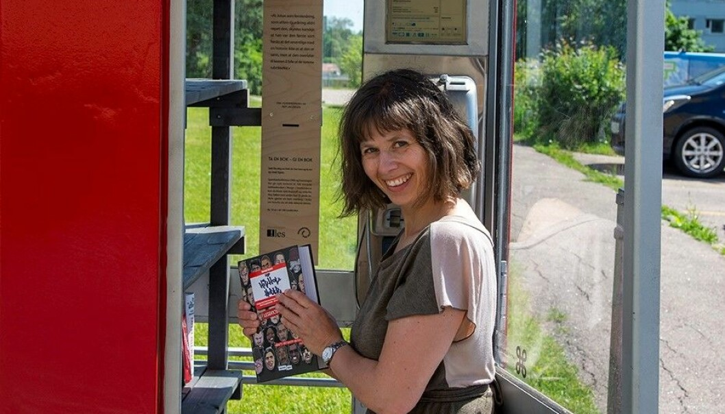 Viebeke Røgler, fra Foreningen !les, tester ut bokbeholdningen i lesekiosken ved høyblokkene ved Bjerke travbane.