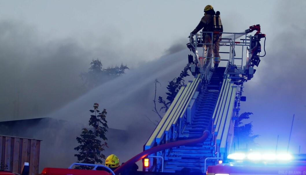 Brannvesenet har kontroll på brannen. Men ber folk holde vinduer lukket på grunn av farlig røyk.