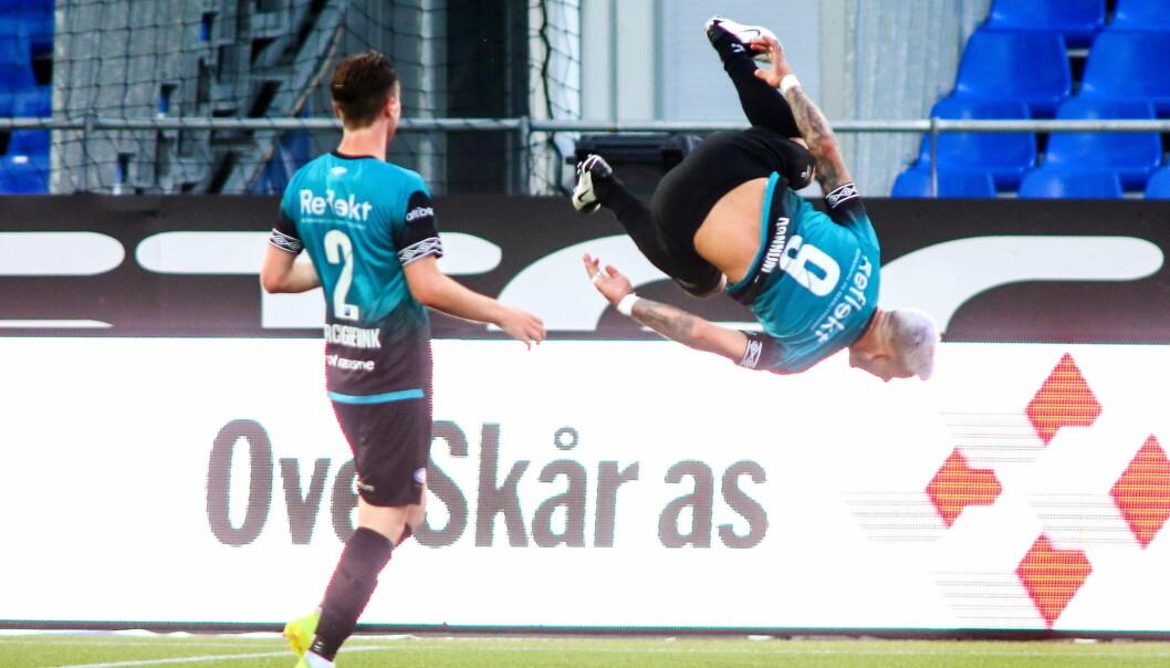 Aron Dønnum ble den store helten for Vålerenga på Sarpsborg stadion tirsdag kveld. Her jubler han etter 1-0-scoringen.