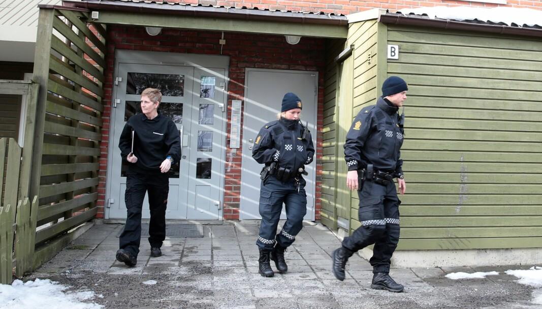 Politiet på vei ut fra leiligheten på Ellingsrud.