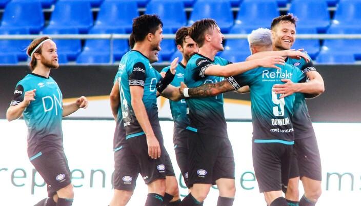 Vålerenga-spillerne kan juble etter at Aron Dønnum har satt inn kveldens seiersmål.