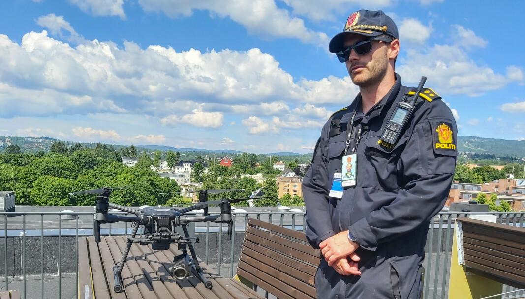 Prosjektleder Jørgen Lunde Ronge med den største dronen politiet benytter. Den når hvor som helst innefor ring 2 i løpet av et par minutter.
